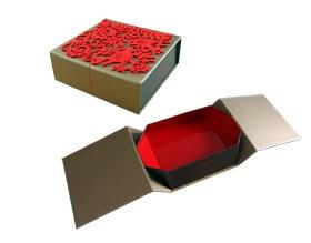 Verpackungsbox mit filigran ausgestanztem Filz auf dem Deckel